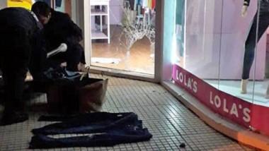 Momentos en que la Policía revisaba las prendas encontradas allí.