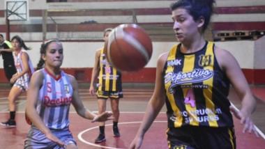Ana Videla y Fiorella Bona en acción. Ambos equipos dejaron todo en la cancha, en la final del torneo Apertura de básquet femenino de la ABECh.