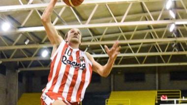 """""""Galenso"""" volador. Matías Pugh salta y la vuelca en la cara de Lucas Manita, en el tercer juego de la semifinal ante el Deportivo Madryn."""