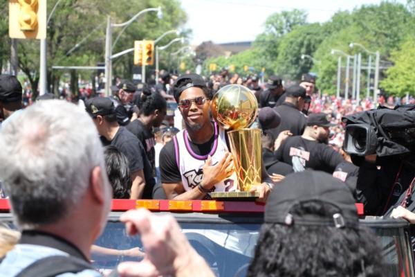 Al menos dos personas resultan heridas por disparos durante masiva celebración del campeón de la NBA en Canadá.