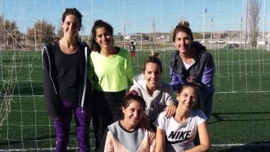 """El club Huracán de Trelew continúa sumando actividades, en este caso para las """"Mamis"""" de fútbol."""
