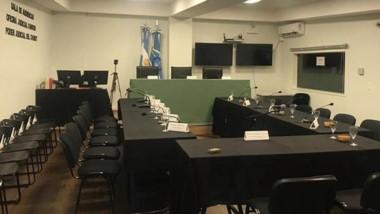 Escenario de emociones. La Oficina Judicial preparó al detalle la sala para que el juicio se reanude hoy a las 9.
