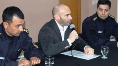Federico Massoni junto con los jefes policiales en la conferencia.