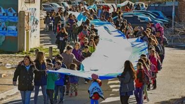 La bandera fue elaborada con trozos de tela donados y aportados por alumnos.