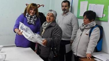 Fabiana Vázquez junto a una de las cuatro familias que recibieron elementos de ayuda técnica.