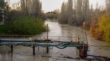 Recurso. El río Chubut lució con color turbio luego de que bajara una nueva pluma desde aguas arriba.