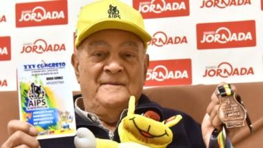 """El """"Negro"""" Gómez contó su experiencia en Jornada, con su credencial, las medallas, y """"Charito"""", la mascota."""
