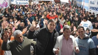 Respaldo. Ibarra, segundo desde la derecha, quiere otra gestión y pidió el voto para el gobernador Arcioni.