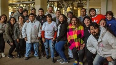 Juntos. Trabajadores, peluqueros y miembros del Taller de Pelucas, posaron dentro de la planta de Soriano en plena actividad solidaria.