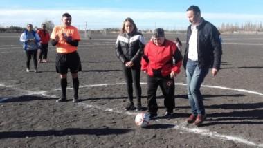El intendente Adrián Maderna dando el puntapié de la Liga Femenina.