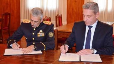 Rúbrica. El comandante D´Ambra y el gobernador Arcioni durante la puesta en común de las necesidades.