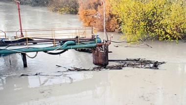 Marrón. La imagen del río que ayer por la tarde seguía con niveles de turbiedad, aunque iban en descenso.