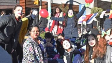 Sonrisas. Los jóvenes del establecimiento eligieron manifestarse en el centro de la ciudad para insistir con sus reclamos para la Provincia.