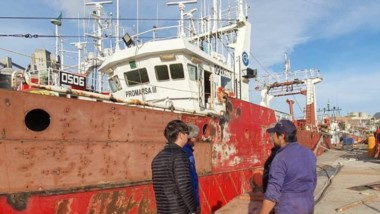 Uno de los barcos enviados a Necochea para su reparación.