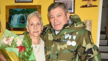 Pintos se reencontró ayer con Yolanda y un fotógrafo de Jornada captó el emotivo momento. (Foto: Juan José De Focatiis)