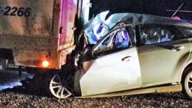 Producto del fuerte impacto, el vehículo Ford Focus quedó incrustado en el sector trasero del camión.