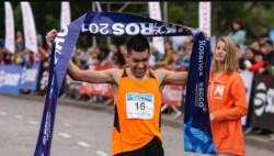 """Darío """"Lalo"""" Ríos se quedó con la victoria en Rosario. El atleta chubutense lo logró por tercera vez. (Foto: @Rosariotres)."""