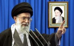 Jamenei y una imagen del líder histórico de la teocracia iraní, el ayatollah Jomeini, quien inicio en 1979 el proceso que condujo con altas y bajas al actual estado de tensión.