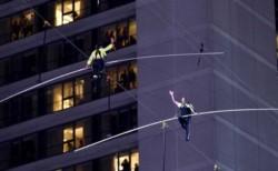 Los hemanos Nik y Lijana Wallenda lograron la hazaña de cruzar Times Square a 25 pisos de altura.
