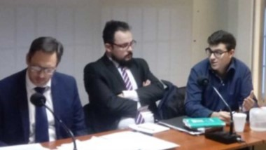 Maximiliano Larrabaster junto a los abogados de la Defensa Pública. Su pedido no prosperó y hay juicio.