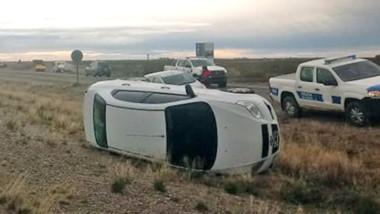 El automóvil de Crespo quedó tendido sobre su lateral derecho a un costado de la ruta nacional  Nº 3.