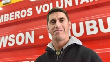 Gonzalo Landero de la ciudad de Rawson, combina dos tareas dedicadas al servicio de la comunidad.