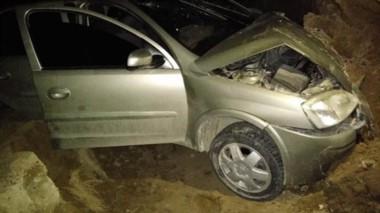 El automóvil sufrió importantes daños materiales producto del golpe que dio contra uno de los cañadones.