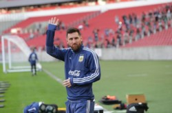 Messi saluda a los hinchas argentinos que se dieron cita en el estadio de Fluminense.