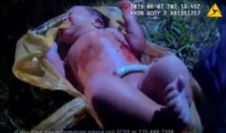 Baby India es rescatada por policías del interior de una bolsa plástica.