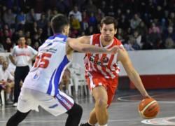 Capaccioni busca el aro frente a la marca de Mariano González.
