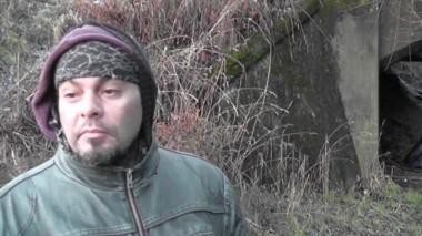 Walter es malabarista y pasa las noches debajo de un puente, con varios grados bajo cero.