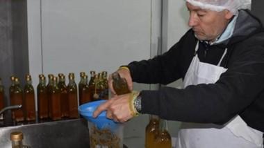 El vecino, Carlos Dell Ellce, en pleno trabajo produciendo salmuera.