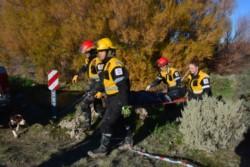 Los bomberos retirando el cuerpo de la víctima. (Foto: Alberto Evans / Jornada)