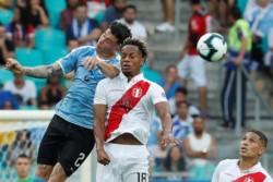 Perú eliminó a Uruguay en un partido polémico y se medirá ante Chile en las semifinales.