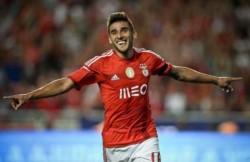 El ex Lanús juega en Benfica desde el 2010, jugó en la última temporada 28 partidos con 5 goles y 6 asistencias.