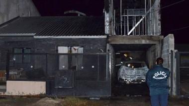 Los Bomberos combatieron el foco desatado en el pasaje Dioscar Zapata, casa 55 del barrio 100 Viviendas.