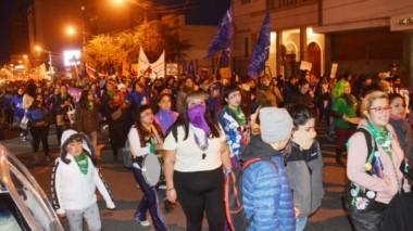 La movilización por las calles de Trelew pasó por la Iglesia y luego tuvo una parada en Tribunales para reclamar por las causas de femicidios.