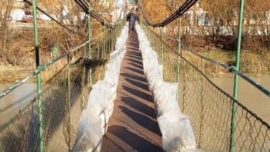 Bolsas. El puente soportó 4.000 kilos de peso y se puede utilizar.