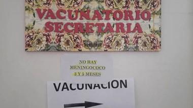 Sin stock. El cartel indica el faltante en el vacunatorio de Trelew.