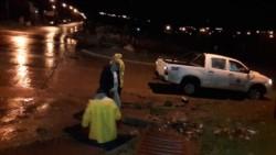Empleados municipales asistieron a vecinos y limpiaron sumideros