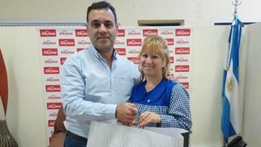 Carlos Baulde , director periodístico de Grupo Jornada,  junto  a la docente de l a Escuel a 62, Claudia Ramos.