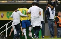 Neymar se retira entre lágrimas del amistoso ante Qatar sin poder apoyar su tobillo derecho.