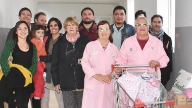 Organizadores de la campaña junto a las damas y elementos donados.