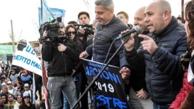 """Ahora, la vigilia. Ante una multitud, Gustavo Sastre aseguró que Chubut al Frente va a """"revalidar"""" el triunfo del oficialismo en las PASO."""