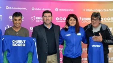 Daiana Villalva junto a su padre, Amador Villalva, Walter Ñonquepán,  Julio y Jeremías Sosa ayer en Rawson.