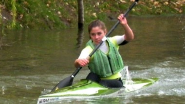 La joven palista Candela Velázquez, en una de las tantas tardes de entrenamiento en el Río chubut.