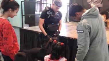 Un miembro de la Sección Canes dialogó con niños sobre mascotas.
