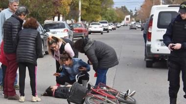 Atención. Momentos en que la joven era asistida por personal médico ante el alerta dado por la Policía.