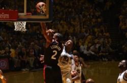 Kawhi Leonard encestó 36 puntos y los Raptors de Toronto se colocaron a un partido de alcanzar su primer título de su historia en la NBA.