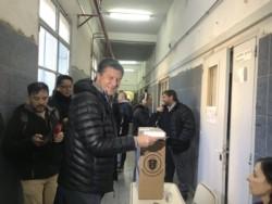 Menna votó a primera hora en Comodoro (foto @ornellavezzoso)